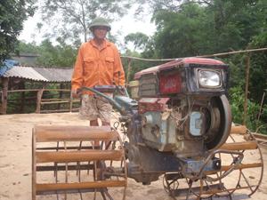 Nông dân xóm Quyết Tiến, Vũ Lâm (Lạc Sơn) đưa máy nông cụ vào sản xuất nông nghiệp.